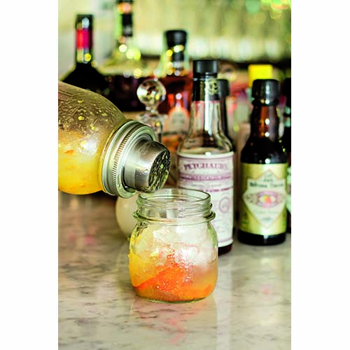 Barattoli da bere è il capitolo dedicato agli amanti dei cocktail. Non solo Mojito o Margarita, ma anche tante proposte di Water Detox alla frutta per chi non può fare a meno dell'ora dell'aperitivo, anche se preferisce un analcolico