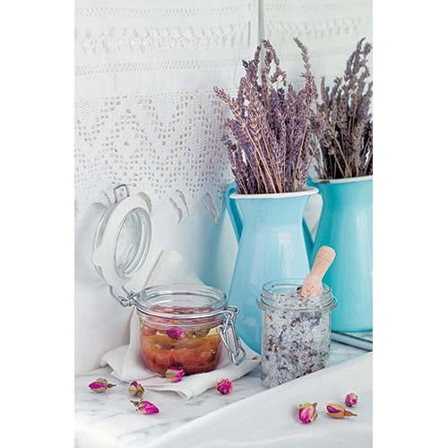 I barattoli si possono utilizzare anche in casa. Nel libro i consigli per realizzare uno scrub dolce alla rosa o per trasformare il vasetto in un profumatore per ambienti