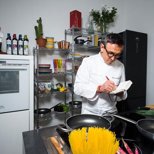 Il celebre chef Bruno Barbieri ai fornelli della cucina Crystal di Franke che porta la sua firma