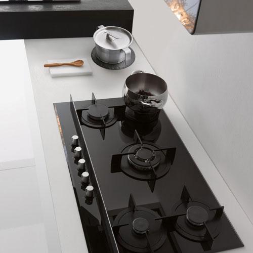 Un dettaglio del piano cottura della cucina Crystal by Bruno Barbieri per Franke
