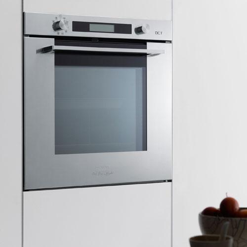 Il forno Smart della cucina Crystal by Bruno Barbieri per Franke consente un metodo di cottura lento, come quello utilizzato nei ristoranti del cuoco, che prevede di non superare mai i 100° C variando le temperature ciclicamente