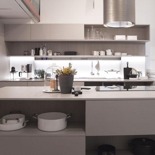 """La cucina """"Mi 20.15"""" di Veneta Cucine, progettata dallo Studio Giovannoni, crea una composizione libera con moduli sospesi e replicabili all'infinito, all'insegna della facilitazione e semplificazione dei gesti quotidiani"""