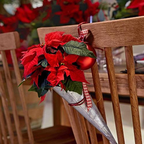 Infine, appendete le creazioni sulle sedie. Per personalizzare le composizioni, variate i colori delle piante e dei vasi e aggiungete delle etichette con il nome dell'ospite