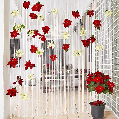 Un originale separée: le Poinsettie sono piantate in dei vasi creati con le palline di Natale