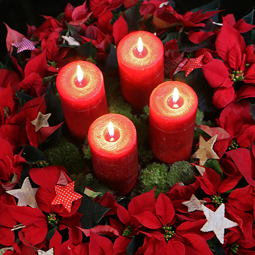 Per un centrotavola più classico candele e foglie rosse