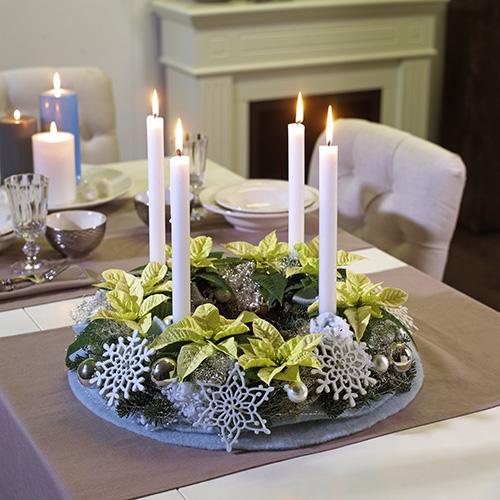 In alcuni Paesi europei una delle composizioni per la tavola più diffuse viene realizzata per celebrare le quattro domeniche precedenti il Natale. Si accende una candela ogni domenica di Avvento. Qui sono state utilizzate piccole Stelle di Natale bianche, rami di pino e addobbi di cristalli di neve