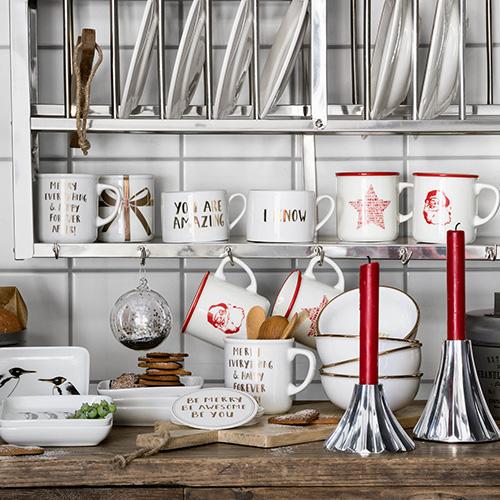 La cucina del Natale di H&M Home ama esporre i piatti e gli utensili come fossero oggetti decorativi