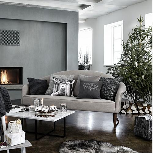 La zona giorno di H&M Home si distingue per l'utilizzo dei toni del grigio arricchiti da dettagli in color argento. Abbondano i cuscini: decorativi (ma anche funzionali) sono una valida soluzione per cambiare aspetto alla propria casa senza spendere grosse cifre