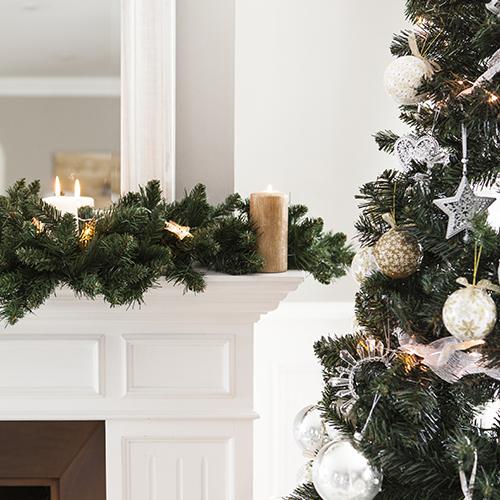 Per Dalani i decori da appendere all'albero di Natale sono tradizionali e declinati in tonalità brillanti e luminose