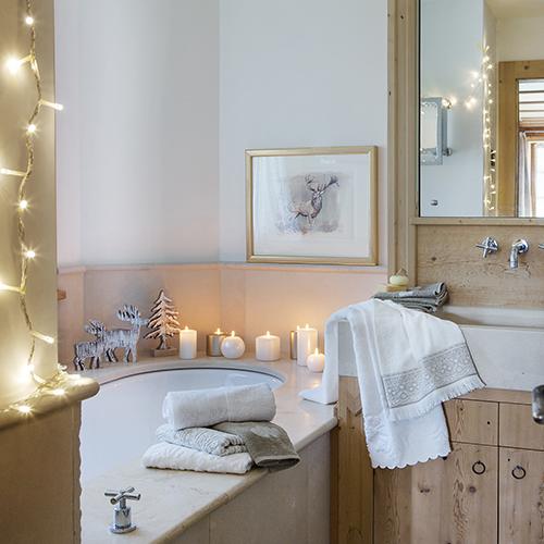 L'atmosfera natalizia arriva anche nella zona bagno. Perché no? Per Coincasa bastano pochi dettagli per fare la differenza: luci, candele e decorazioni in legno naturale donano  calore all'ambiente