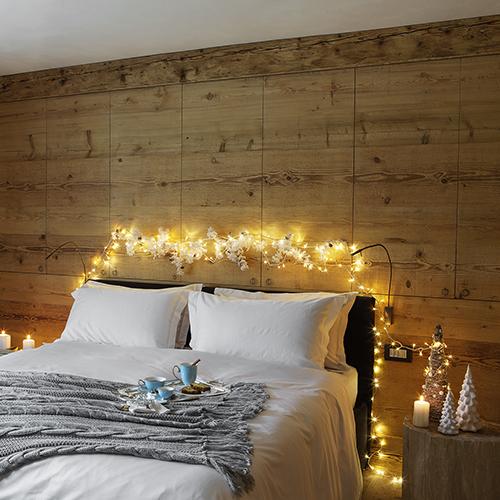 La camera da letto secondo Coincasa è ricca di richiami alla magica atmosfera che sa donare la montagna in inverno: gli alberi in legno naturale sul comodino regalano all'ambiente un tocco da favola
