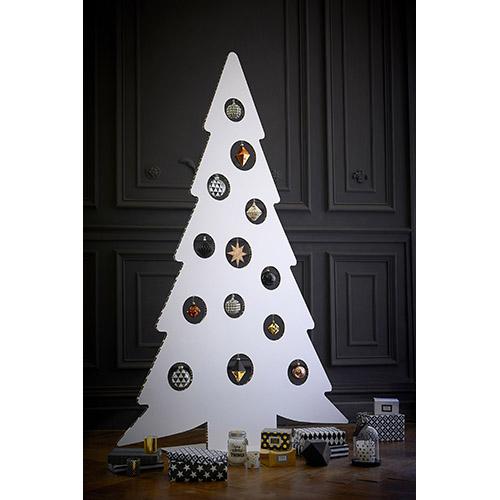 Stanchi del solito albero tradizionale? Maisons du Monde ne propone un modello cartonato che si distingue per uno stile geometrico
