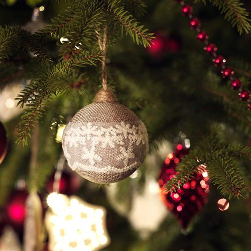 Ikea propone il lato classico e romantico delle tradizioni natalizie. La sfera Vinter è arricchita dal prezioso dettaglio in pizzo. La confezione da 3 pezzi costa 7,99 euro