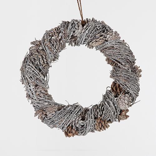 Le decorazioni natalizie iniziano dalla porta di casa con la ghirlanda che accoglie gli ospiti all'ingresso. La versione di Zara Home si distingue per le tonalità brillanti dei fili color argento unite a quelle naturali delle pigne. Costa 35,99 euro