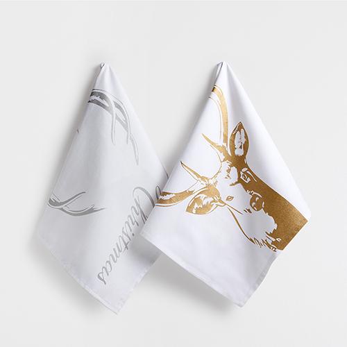 Per la cucina: asciugapiatti di Zara Home. Una testa di cervo evoca le magiche atmosfere dei paesaggi del nord Europa. Il set da due pezzi costa 11,99 euro