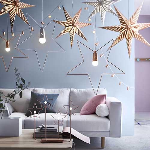 Ikea propone luci color oro a forma di stella. Sono ideali per creare l'atmosfera magica della festa. La decorazione da tavolo costa 24,99 euro