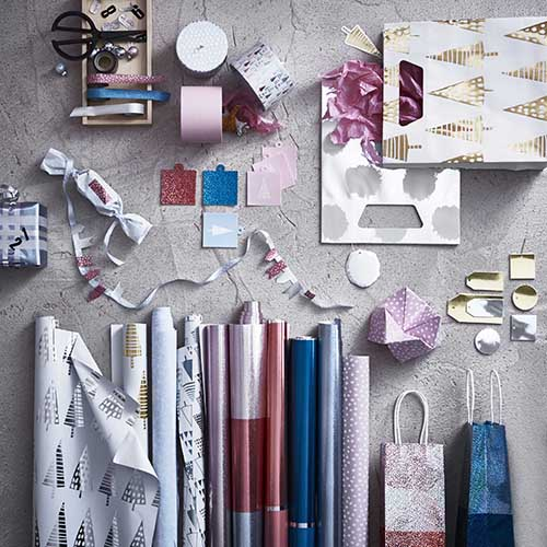 Impacchettare a regola d'arte un regalo, dare vita a nuovi oggetti, personalizzare in chiave natalizia. Se avete un'anima spiccatamente creativa, questi prodotti per il fai-da-te di Ikea vi daranno una grossa mano