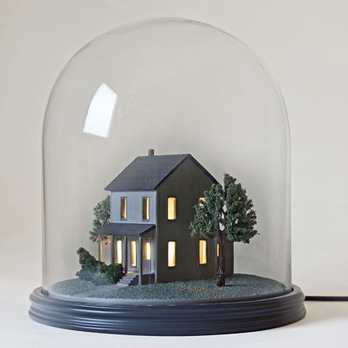 La lampada da tavolo My Little Neighbour di Seletti  ricorda le romantiche palle di vetro con neve, tipica delle feste natalizie. Costa 240 euro