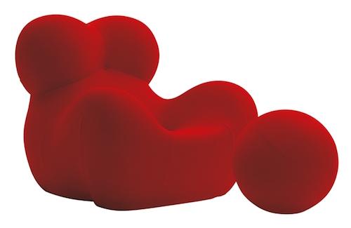 La celebre poltrona Up5 con pouf disegnata da Gaetano Pesce per B&B Italia