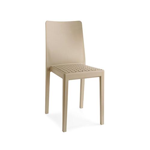 MS4 di Marc Sadler per Calligaris si caratterizza per le linee semplici che nascondono una complessa struttura: il disegno a nido d'ape realizzato in materiale termoplastico conferisce alla seduta la flessuosità di un cuscino. Inoltre la sedia è impilabile e adatta anche per gli esterni. Costa 123 euro