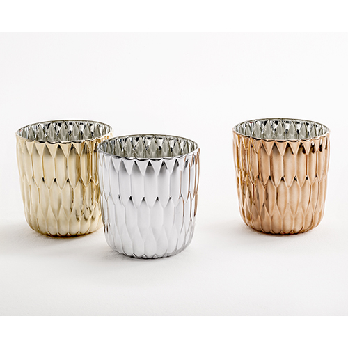 Nuove brillanti finiture metallizzate per un classico di Kartell, il vaso Jelly. Disponibile nelle versioni oro, rame e cromato, costa 113 euro