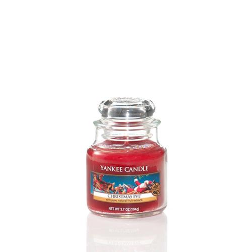 Per i fanatici del Natale 2: la candela Christmas Eve di Yankee Candle fa tornare alla mente i tradizionali aromi delle feste: il camino acceso, le prugne zuccherate e la frutta candita (giara piccola 10,99 euro)