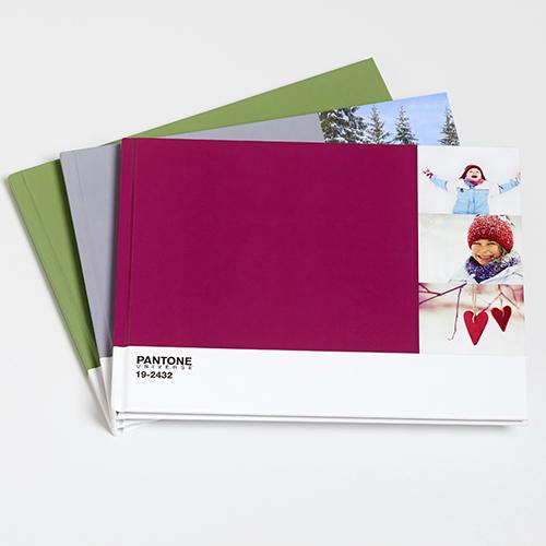 Per gli amanti della fotografia: un libro per celebrare l'anno che sta finendo e ricordare i momenti più belli. PhotoBox propone il fotolibro Pantone con la copertina personalizzabile con i vostri colori preferiti (a partire da 39,95 euro)