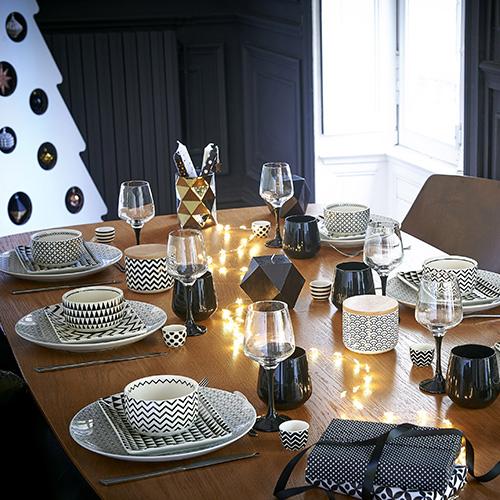 Anche Maisons du Monde propone il nero e il bianco;  lega insieme questi colori grazie a fantasie geometriche che donano alla tavola un tocco moderno