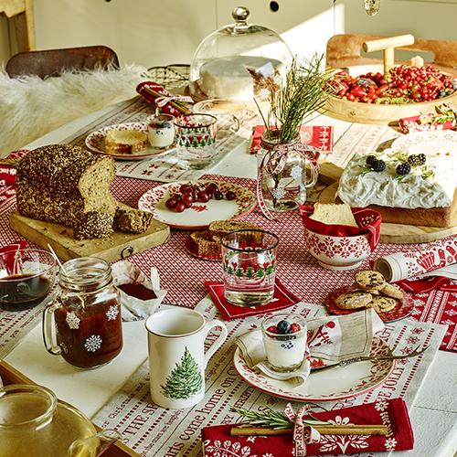 La mattina del giorno di Natale è fatta per aprire i regali e godersi una colazione con la famiglia. La tavola di Zara Home è ricca di dettagli e si accende dei colori tradizionali delle feste