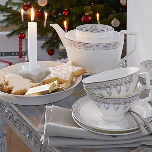 Mescolando il bianco a disegni color argento che si distinguono per le linee squadrate, Villeroy & Boch dà vita a un servizio da tè che unisce tradizione a modernità