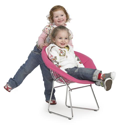 """Riedizione per bambini della celebre Diamond Chair di Harry Bertoia, disegnata nel 1952 per Knoll. L'azienda americana dedica un'intera sezione (""""Knoll for Kids"""") ai suoi grandi classici per i più piccoli"""