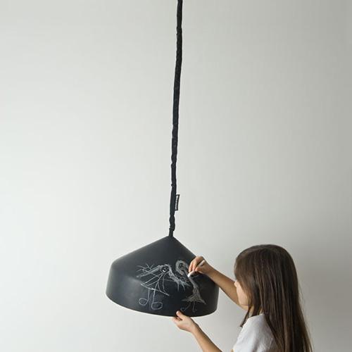 La lavagna finisce anche sulle lampade. Come quelle della collezione Matt firmata da In-es.artdesign: la superficie esterna è  fatta apposta per essere scritta e cancellata (332 euro)