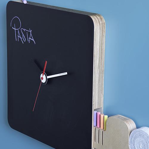 Oltre a segnare l'ora, Tabla di Diamantini & Domeniconi ha un cassettino laterale che scorre da entrambi i lati: dentro si nascondono gessetti multicolori antipolvere e la classica cimosa in feltro