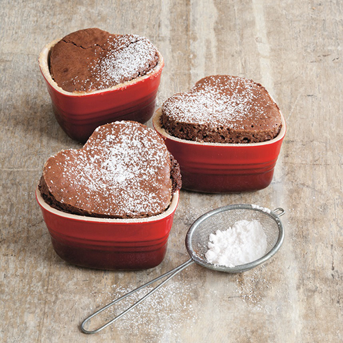 Prendete per la gola la vostra dolce metà: preparate dei cupcake a forma di cuore con lo stampo di Le Creuset (15 euro)