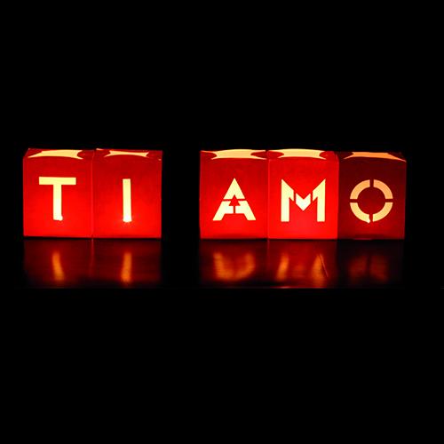 Lascia sulla tavola un messaggio d'amore con le candeline in carta ignifuga  Sms edition di Maiuguali (set da 5 pezzi 12 euro)