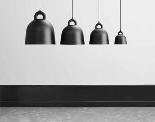 Norman Copenaghen, Bell di Andreas Lund e Jacob Rudbeck. Questa lampada è ora presentata in due nuove versioni: nero puro e bianco puro. Pulita, minimalista e disponibile in 4 diverse misure