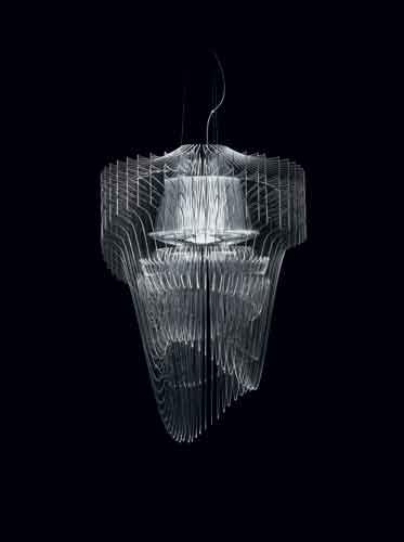 Slamp, Aria Transparent di Zaha Hadid. Dal volume solo in apparenza smaterializzato, questa lampada presenta 50 superfici trasparenti che incontrano la luce dei LED fissati sul loro asse