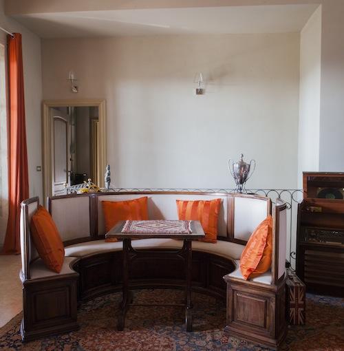 La seduta circolare arredava il locale che aveva la mamma di Mario Biondi a Reggio Emilia