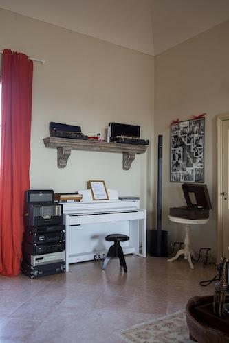 La casa è piena di strumenti, di grammofoni e di radio vintage