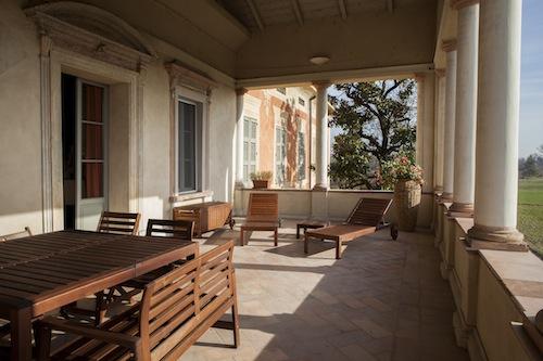 La casa è immersa in un campo esteso, un paradiso naturale alle porte di Parma