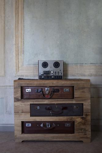 Un altro esempio dello stile originale e ricercato di Mario Biondi: il mobile in cucina con le valigie al posto dei cassetti