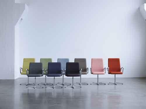 Republic of Fritz Hansen, Oxford di Arne Jacobsen. Le due recenti versioni della sedia creata nel 1965 sono Classic e Premium. Quest'ultima è disponibile in nuovi e vibranti colori