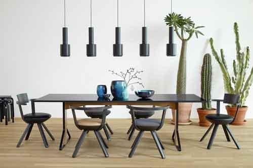 Artek, Kaari Collection di Ronan e Erwan Bouroullec. Questa collezione comprende tavoli rettangolari e rotondi in due dimensioni, scrivanie, piccoli e grandi ripiani