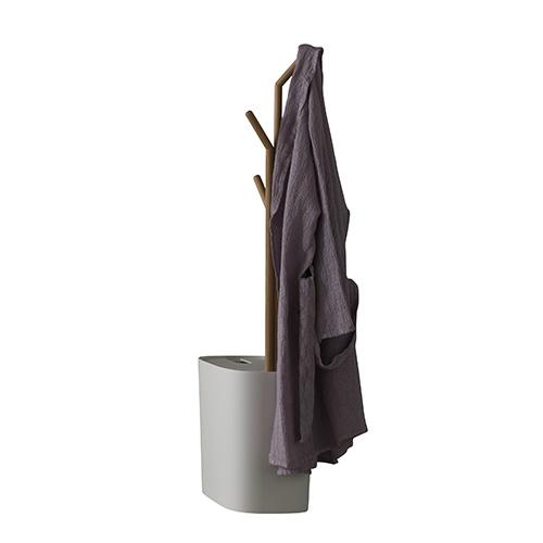 Per la stanza da bagno: nel cesto portabiancheria è integrato un alberello in olmo massello, di Rexa Design (1.120 euro)