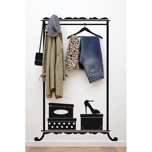 L'adesivo da parete di Vinyluse Lady Hanger riprende la sagoma di uno stendino in ferro battuto a cui appendere borse, giacche e accessori. È completo di gancetti porta tutto (59,90 euro)