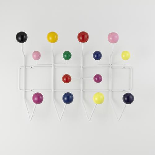 Charles e Ray Eames nel 1953 progettarono Hang It All. Vitra lo propone in diverse varianti cromatiche, la versione con le sfere dai colori vivaci piace sopratutto ai bambini (221 euro)
