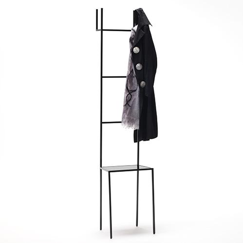 Mate di Living Divani è una sedia, ma anche uno sgabello, o più semplicemente un punto d'appoggio. Il suo singolare schienale a scaletta può essere sfruttato per appendere diversi accessori o abiti. Disponibile anche la versione per esterni (da 777 a 913 euro)