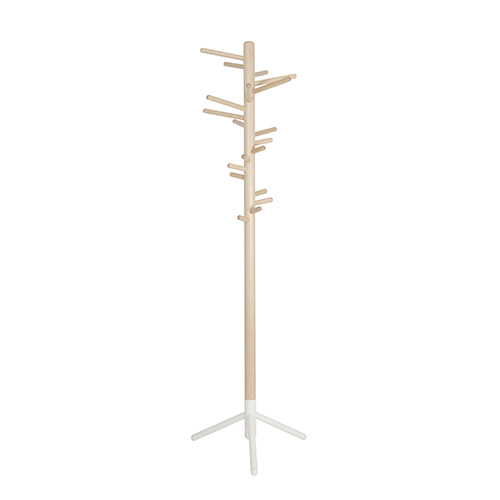 Progettato da Anna Maija Jaatinen nel 1964, Clothes Tree 160 di Artek si distingue per i pioli: i più lunghi sono in cima e gradualmente si rimpiccioliscono verso il basso per appendere gli oggetti più piccoli (da 629 euro)