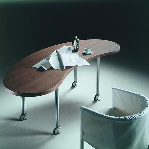 Grazie alle ruote la scrivania Mixer di Flexform si può spostare facilmente da un angolo a un altro della casa (a partire da euro 1.995 euro)