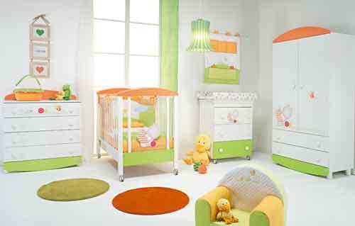 Foppapedretti, Collezione Teneri Incontri. Lettino, cassettiera e bagnetto fasciatoio nelle allegre tonalità dell'arancione e del verde